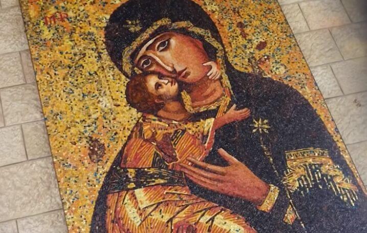 Богородица и Иисусом на руках.