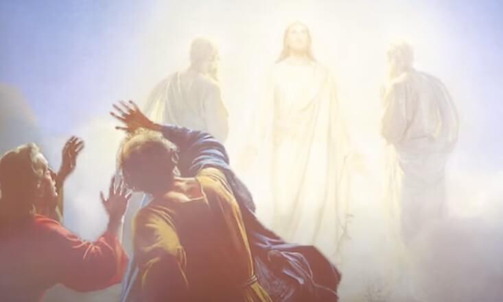 Иисус Христос светится.