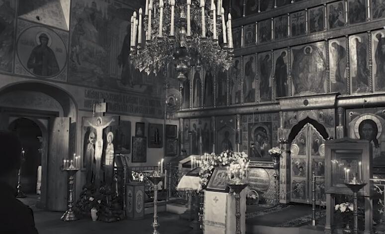 На фото храм внутри. Черно-белый снимок.