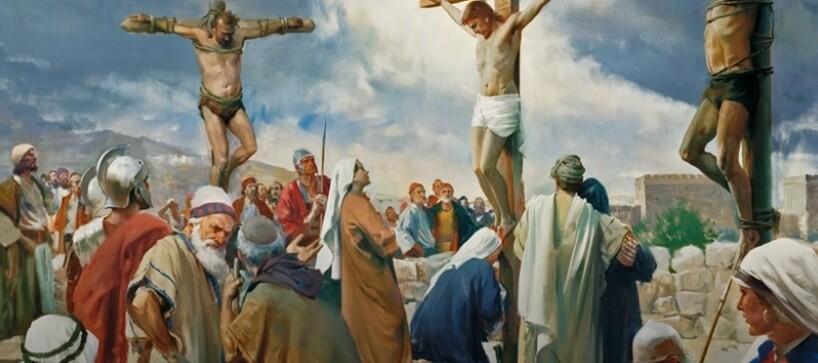 Иисус распят на кресте. Вокруг много людей.