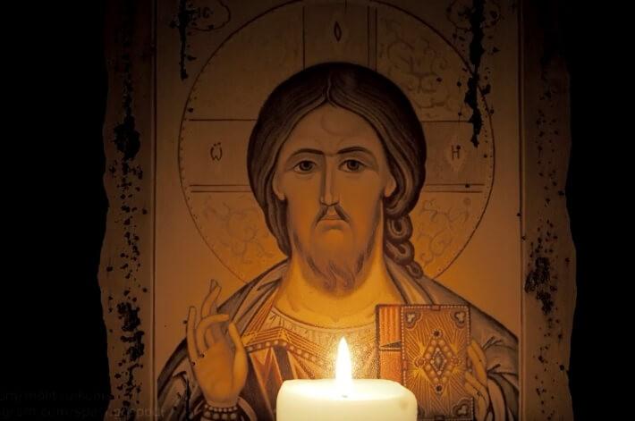 Икона Господа Бога и свечка.
