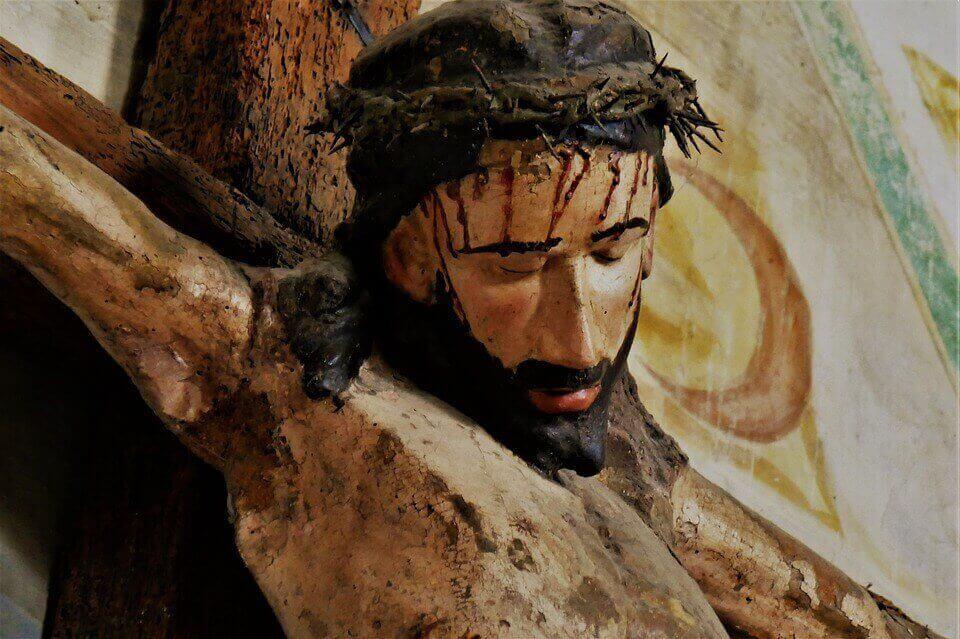На фото изображено распятье Иисуса Христа.