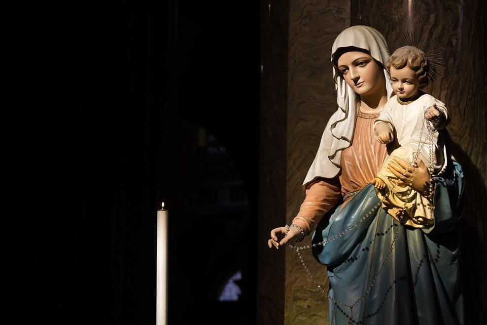 На фото изображена статуя Девы Марии с Иисусом на руках.