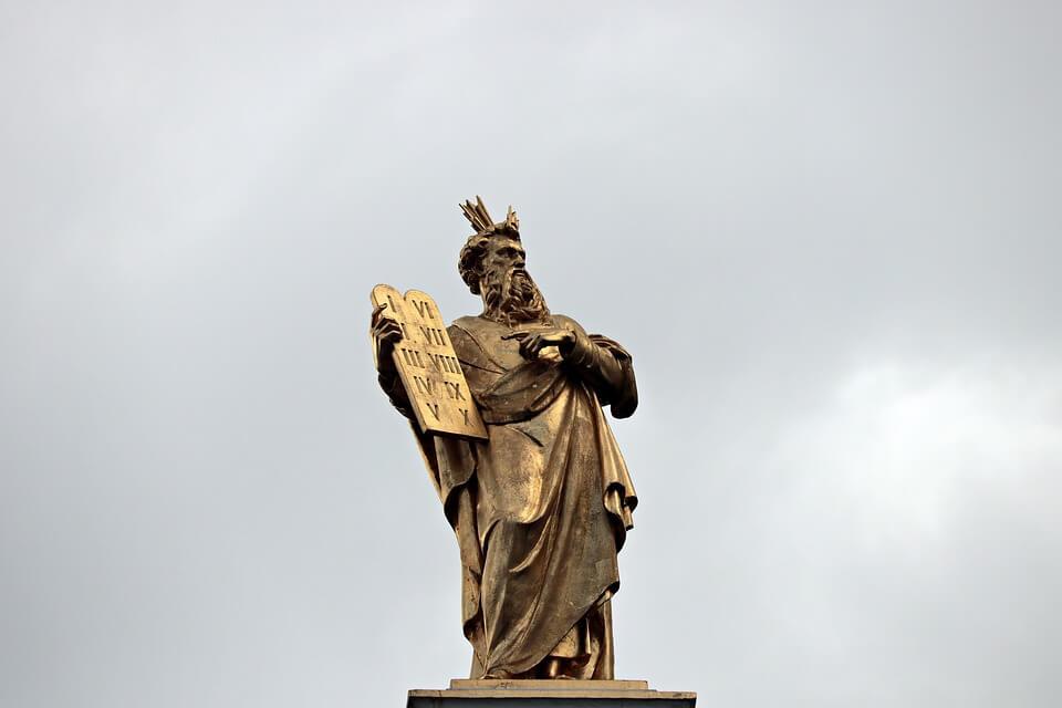 На фото изображена статуя Моисея с 10ю заповедями.